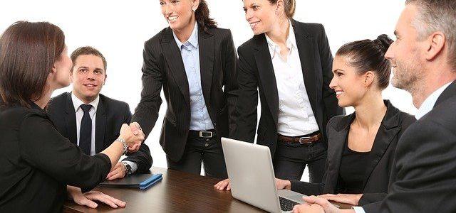 Perfekte Kleidung im Business für Mann und Frau